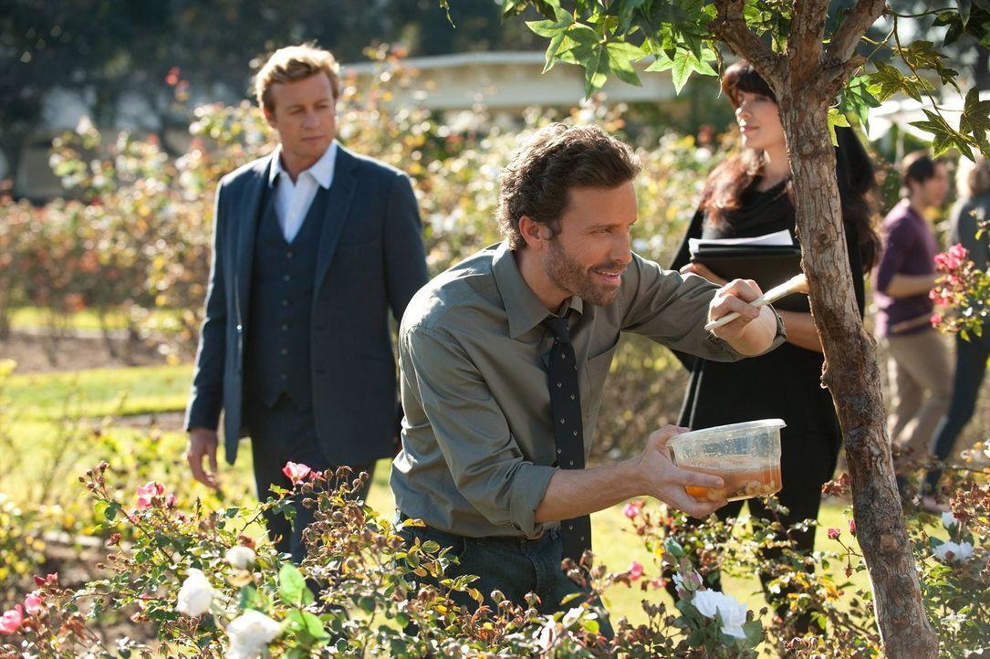 Patrick (Simon Baker, l.) muss den Mord an einer Biologiedoktorandin aufklären. Die Ermittlungen führen ihn an die Uni, doch wird der dort, unter  D... - Bildquelle: Warner Bros. Television