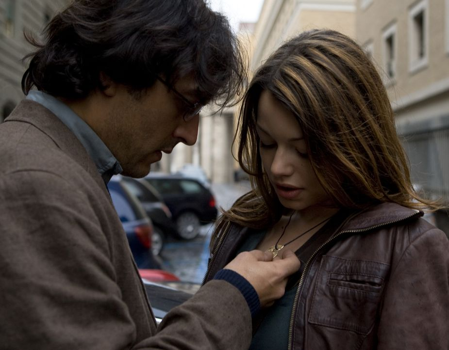 Johanna (Cosma Shiva Hagen, r.) und Simon (Olivier Sitruk, l.) eilen nach Rom, um den Papst vor dem drohenden Attentat zu warnen, nicht wissend, das... - Bildquelle: Olaf R. Benold ProSieben