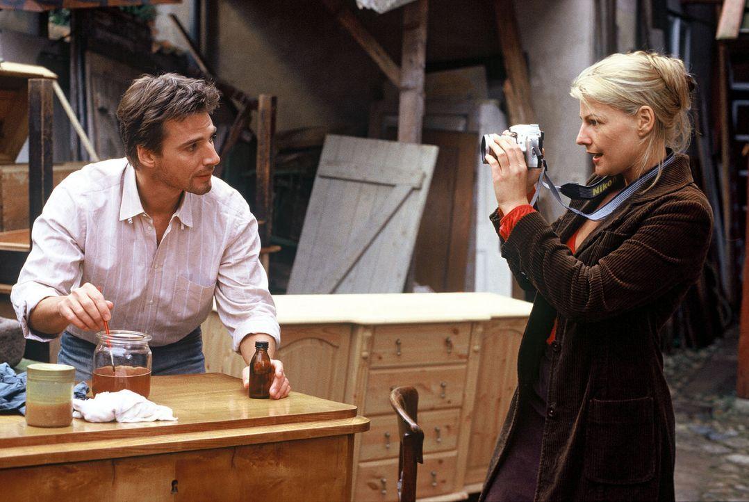 Ben (René Steinke, l.) wird von der Journalistin Clara (Sophie Schütt, r.) porträtiert. - Bildquelle: manju.de Sat.1