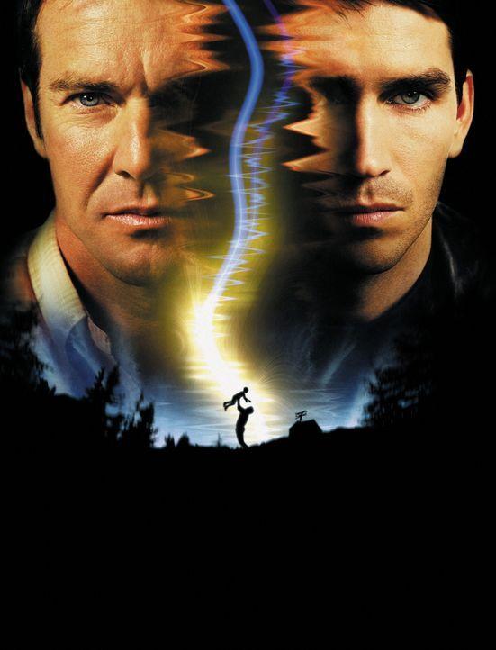 Frequency: Toter Vater (Dennis Quaid, l.) und lebender Sohn (James Caviezel, r.) kommunizieren per Funkradio ... - Bildquelle: New Line Cinema