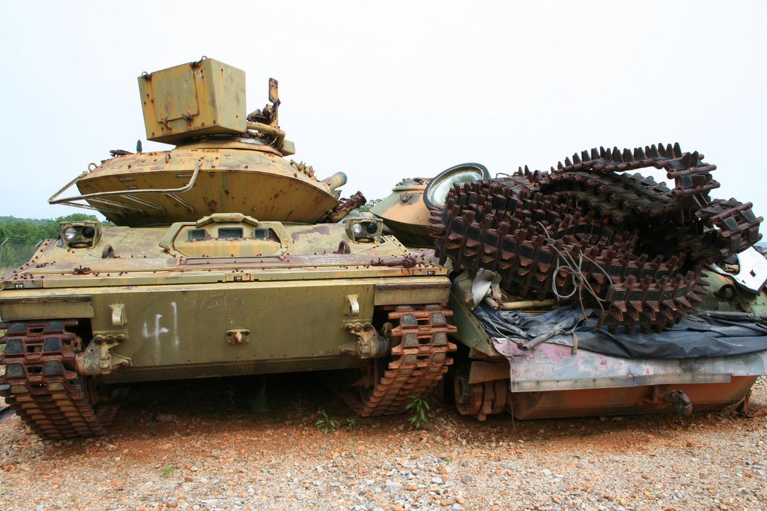 Militärische Fahrzeuge und Geräte haben meist eine lange Lebensdauer, doch auch sie verschleißen. Für so manche ausrangierte Panzer, Raketen und and... - Bildquelle: PMF/Klaire Markham