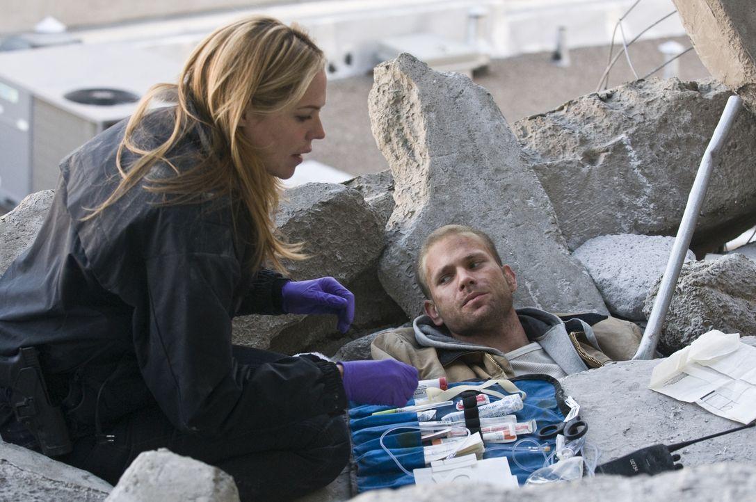 Da sein Gesicht im Fernsehen gezeigt wurde, sorgt sich Mary (Mary McCormack, l.) um den verunglückten Lewis (Matthew Davis, r.) ... - Bildquelle: USA Network