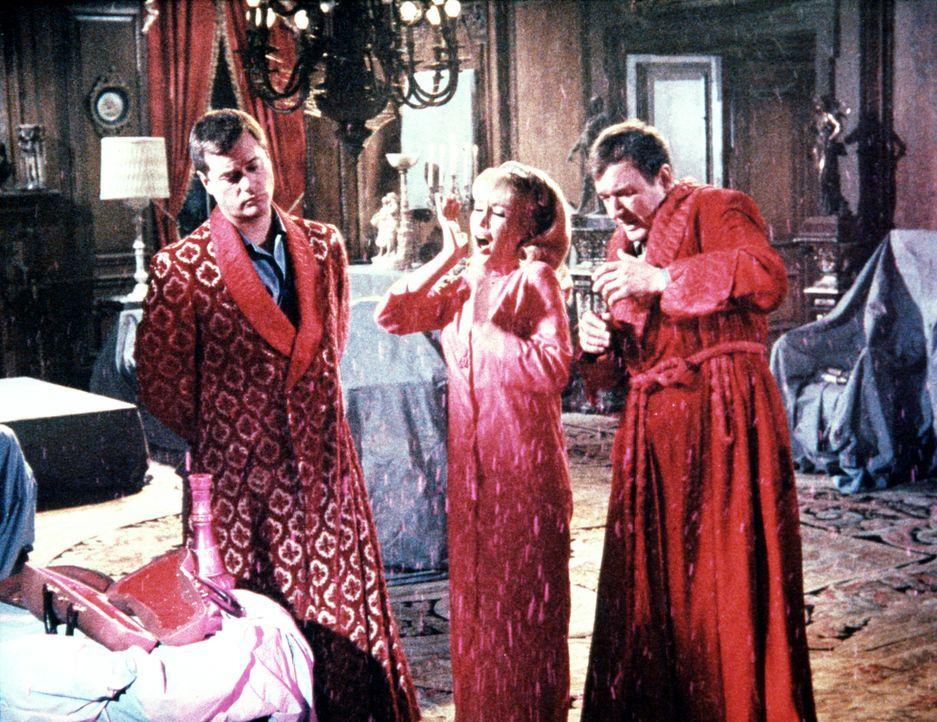 Tony (Larry Hagman, l.) und Roger (Bill Daily, r.) glauben, dass der Spuk auf Tonys geerbten Schloss auf Jeannies (Barbara Eden, M.) Konto geht. - Bildquelle: Columbia Pictures