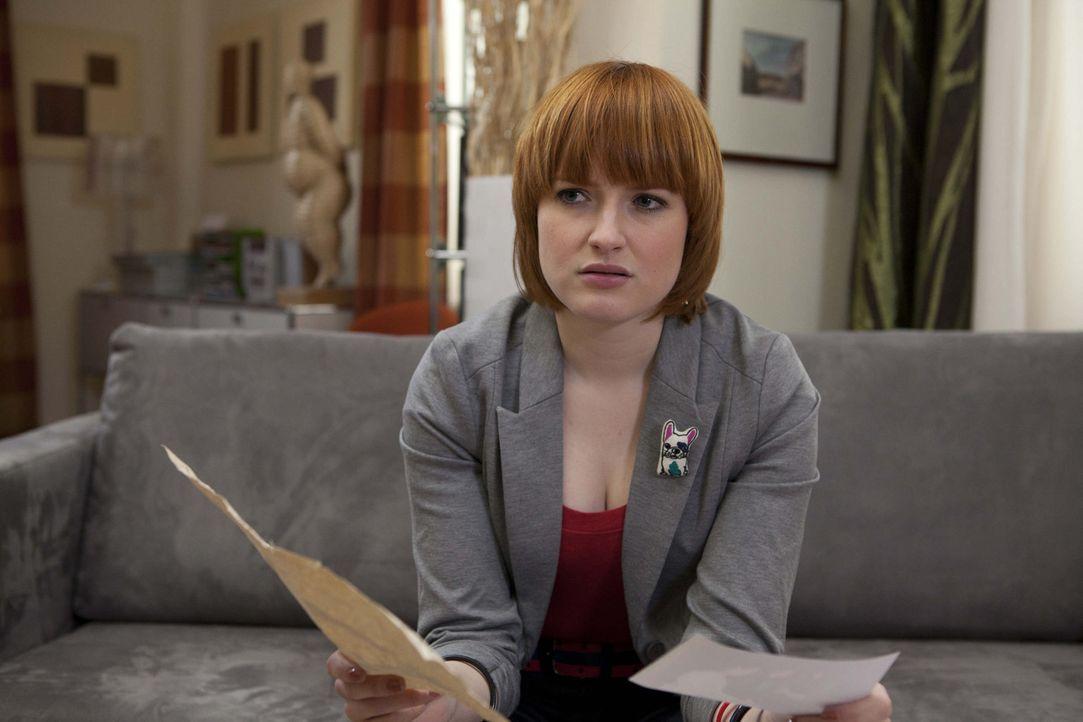 Sophie (Franciska Friede) macht beim Durchsuchen einiger Fotos eine unerwartete Entdeckung ... - Bildquelle: SAT.1