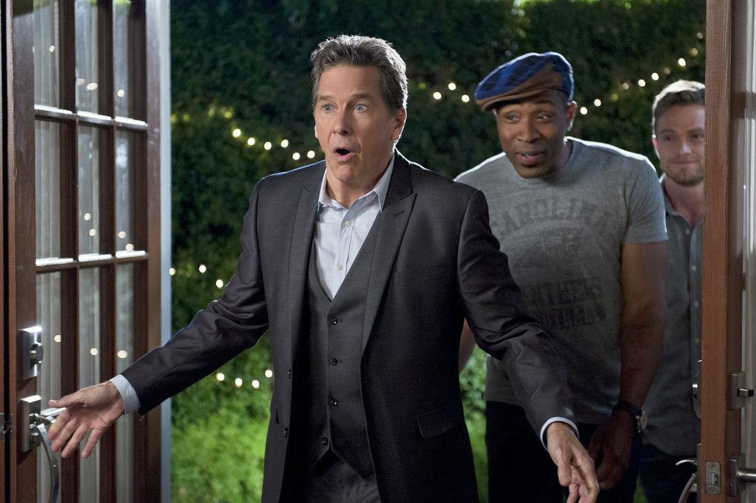 Brick (Tim Matheson, l.) kann es nicht glauben, es scheinen alle seinen Geburtstag vergessen zu haben. Oder haben Lavon (Cress Williams, r.) und die... - Bildquelle: 2014 Warner Brothers