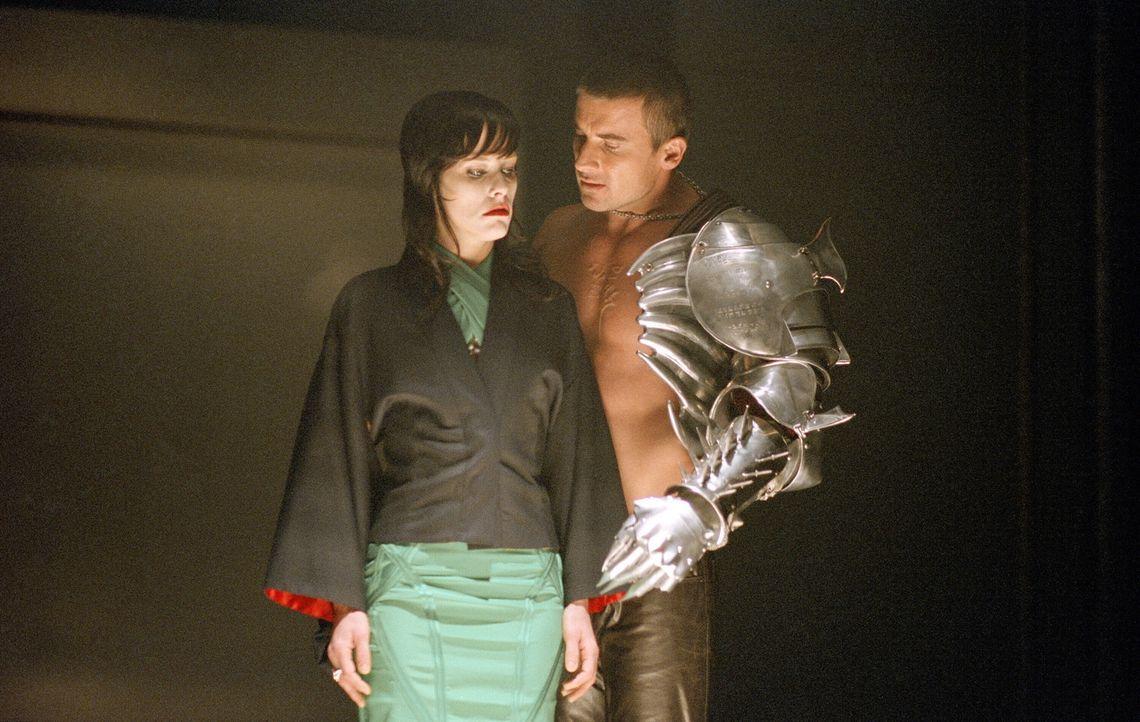 Eine Gruppe Vampirfürsten unter der Führung von Danica Talos (Parker Posey, l.) gelingt es, ihren Che, den Grafen Dracula, aus seinem Tempelgrab zu... - Bildquelle: New Line Cinema
