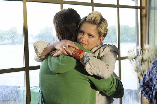 Anna und die Liebe - Mia (Josephine Schmidt, r.) nimmt Abschied von Jojo (Ber...