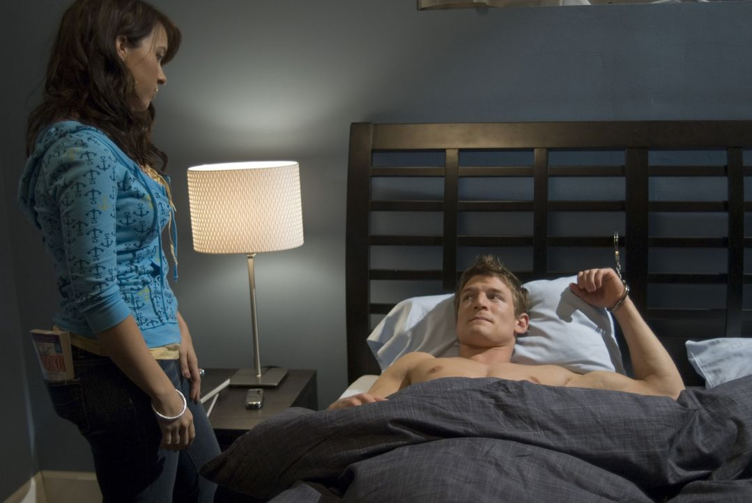 Mit allen Mitteln versuchen Marcus (Philip Winchester, r.) und seine Nachbarin Becky (Lacey Chabert, l.) die Wahrheit herauszufinden und weiteres Sc... - Bildquelle: MMIX by In My Sleep Film Production LLC.All Rights Reserved.