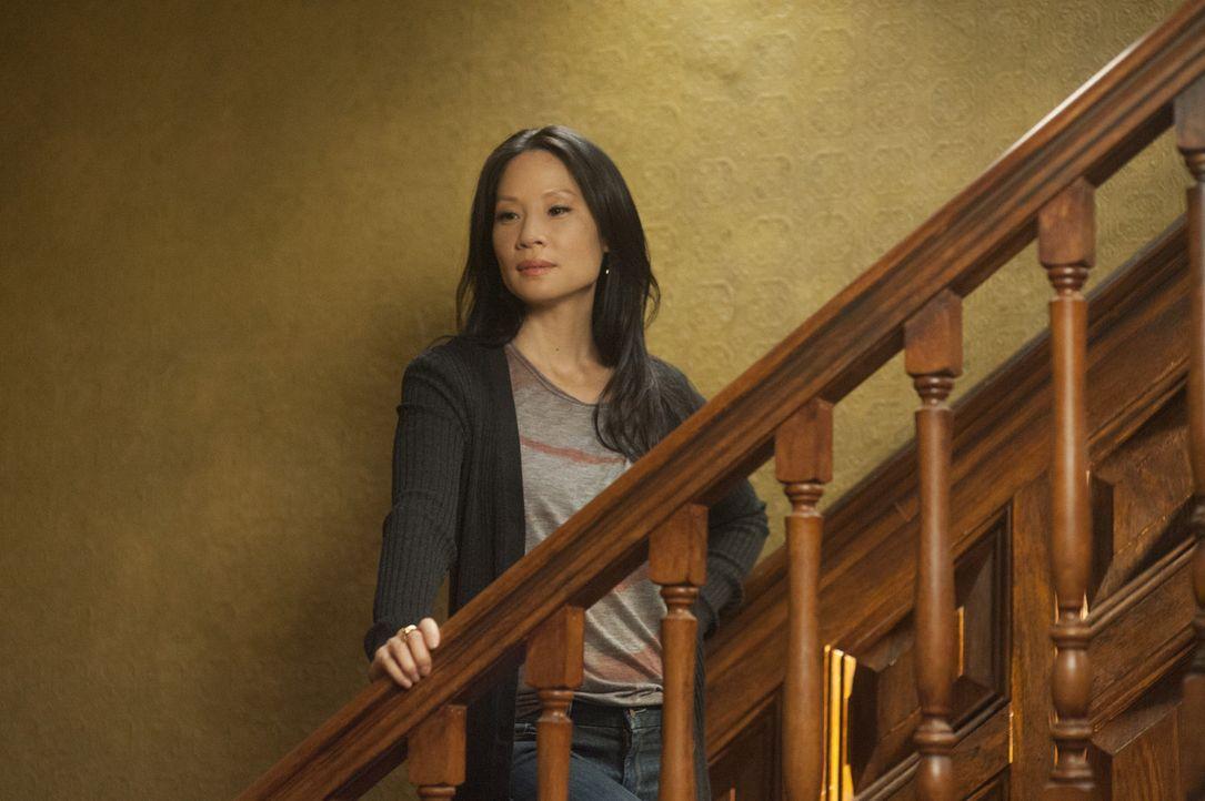 Steht Sherlock Holmes bei seinen Ermittlungen bei: Joan Watson (Lucy Liu) ... - Bildquelle: CBS Television