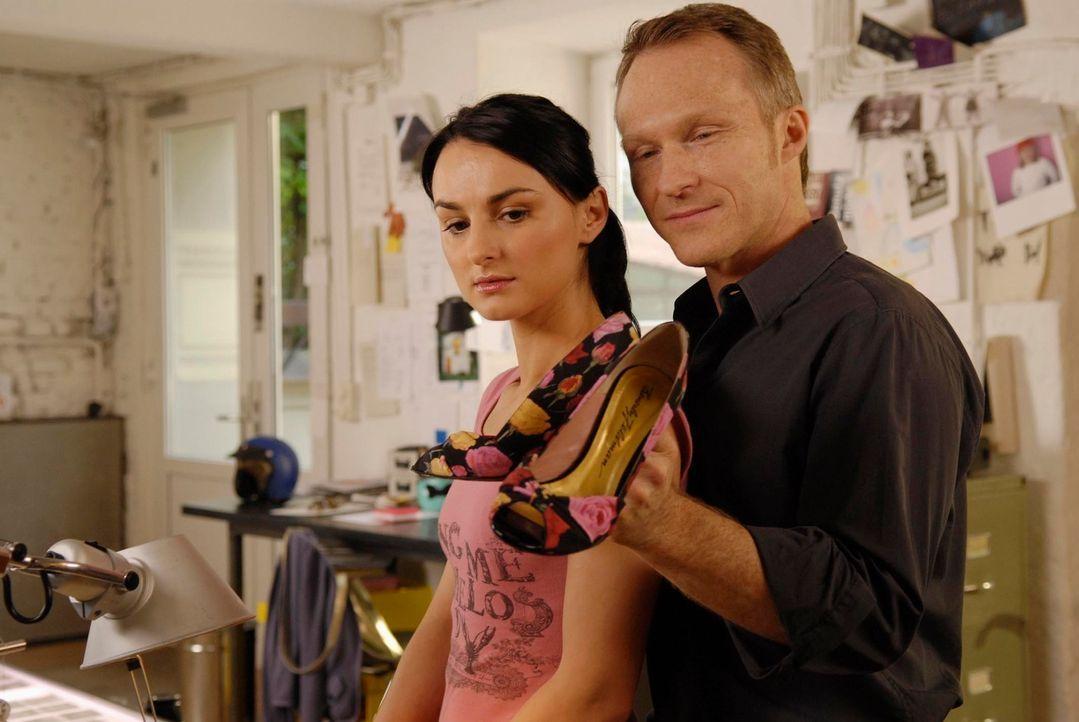 Zunächst lässt Frenzy (Miranda Leonhardt, l.) zu, dass Thomas (Robinson Reichel, r.) für sie seine Kontakte spielen lässt, doch seine Geschenke will... - Bildquelle: Marco Nagel ProSieben