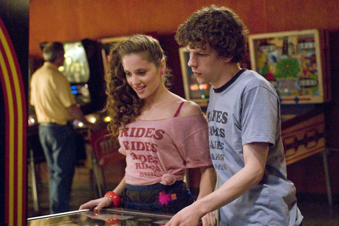 Es gelingt Mike, James (Jesse Eisenberg, r.) zu überreden, mit Lisa (Margarita Levieva, l.) auszugehen. Gleichzeitig verunsichert er Em in Bezug auf... - Bildquelle: Miramax Films. All rights reserved