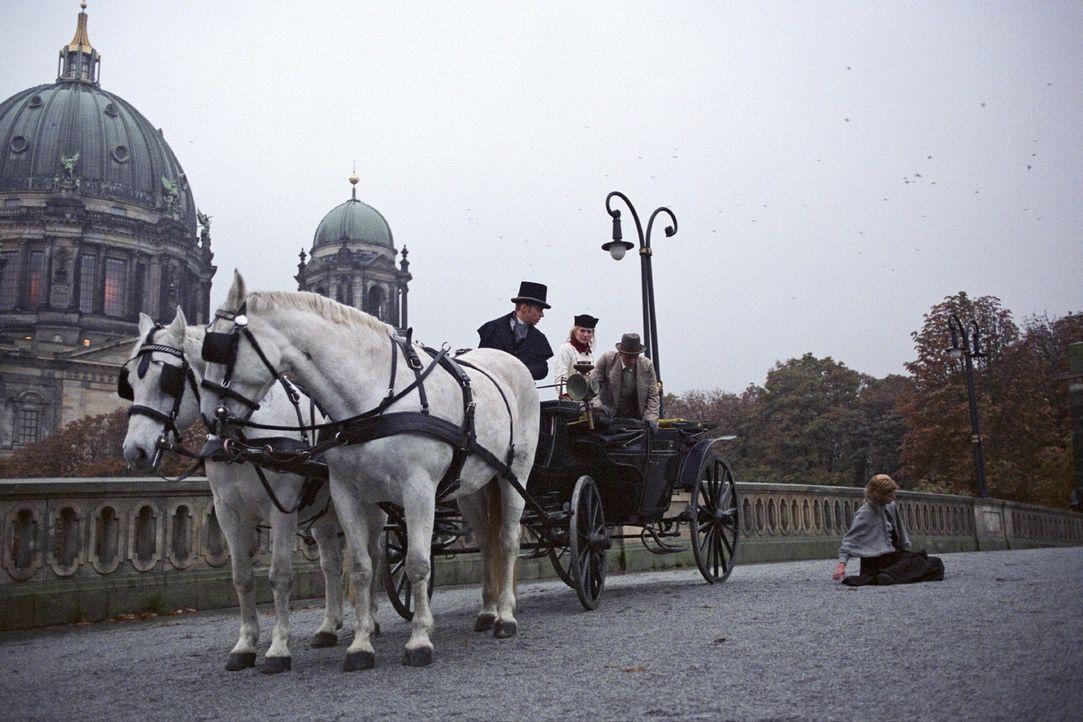 Julius Gravenhorst (Matthias Ziesing, 2.v.r.) kehrt aus Afrika zurück und wird von seiner Schwester Friederike (Nina Bott, 2.v.l.) mit der Kutsche v... - Bildquelle: Aki Pfeiffer Sat.1
