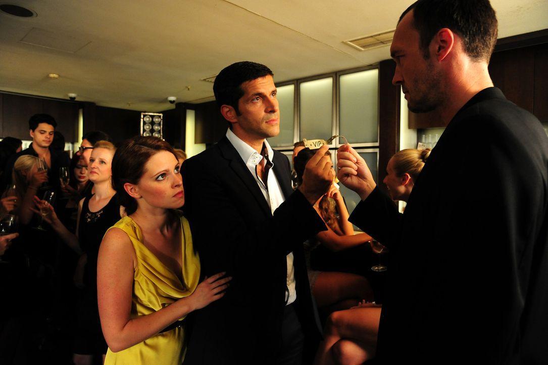 Lissie (Jennifer Ulrich, l.) ahnt nicht, dass sich durch ihre gemeinsame Nacht mit Paul Ingwersen (Pasquale Aleardi, M.) ihr ganzen Leben verändern wird ...
