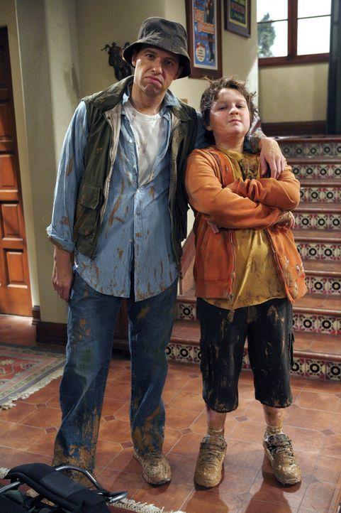 Alan (Jon Cryer, l.) ist bestürzt, als er bemerkt, dass Jake (Angus T. Jones, r.) erwachsen wird, ohne dass er mit ihm die üblichen Vater-Sohn-Unt... - Bildquelle: Warner Brothers Entertainment Inc.
