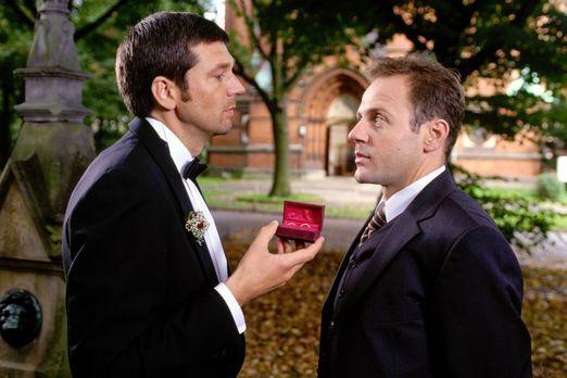 Am Ende der Hochzeitsnacht - Karel (Samuel Fintzi, r.) fragt Martin (Kai Wies...