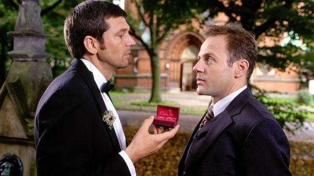 Karel (Samuel Fintzi, r.) fragt Martin (Kai Wiesinger, l.), ob alles nach Pla...