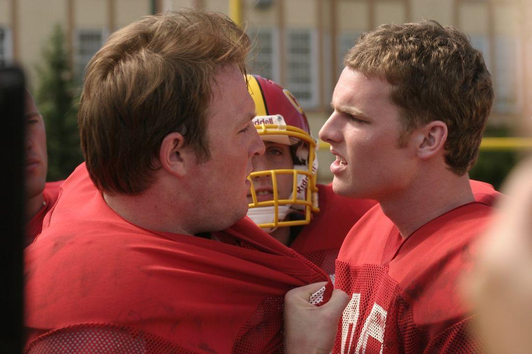 Als Nate (Jared Keeso, r.) und die anderen Footballspieler bewaffnet aufeinander losgehen, wird Clark klar, dass die Cheerleader den Footballspieler... - Bildquelle: Warner Bros.