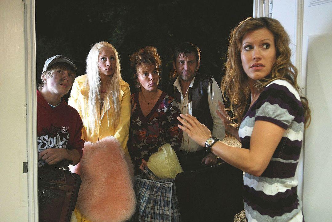 So ein schlechtes Timing! Gerade als Naomi (Wolke Hegenbarth, r.) ihrem neuen Nachbarn ein wenig näher kommt, steht plötzlich ihre Familie (v.l.n.r.... - Bildquelle: Nicolas Maack Sat.1
