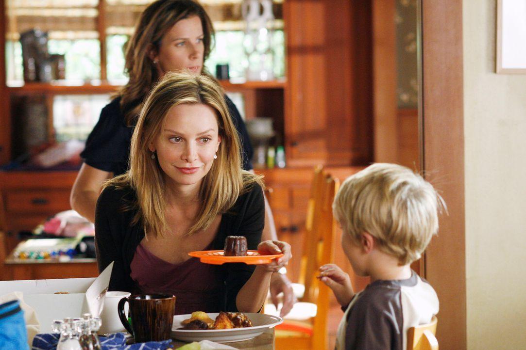 Kitty (Calista Flockhart, vorne l.) bietet sich als Babysitter an, doch Sarah (Rachel Griffiths, hinten) ist nicht sonderlich angetan von dieser Ide... - Bildquelle: Disney - ABC International Television
