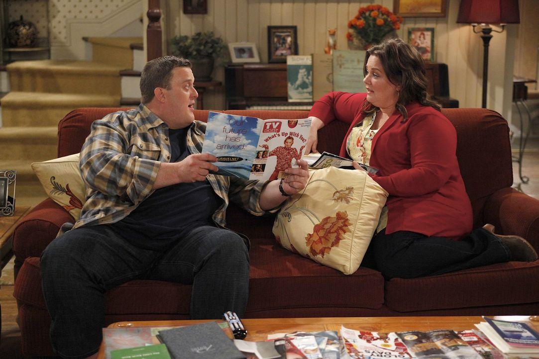 Ein Geheimnis, dass Mike (Billy Gardell, l.) mit Vince hütet, bringt Molly (Melissa McCarthy, r.) auf dumme Gedanken ... - Bildquelle: 2010 CBS Broadcasting Inc. All Rights Reserved.