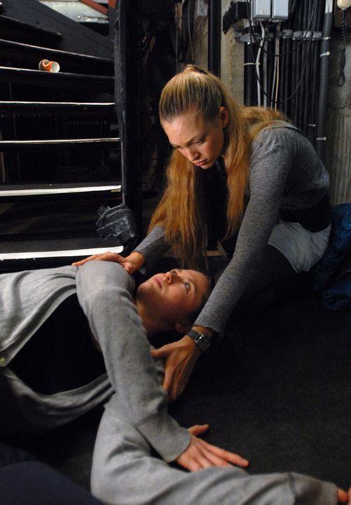 Kaum hat Annas (Julie Engelbrecht, l.) beste Freundin, Milena (Emily Cox), den Part als Solotänzerin bekommen, da erleidet sie einen schweren Treppe... - Bildquelle: Alfons Kowatsch SAT.1