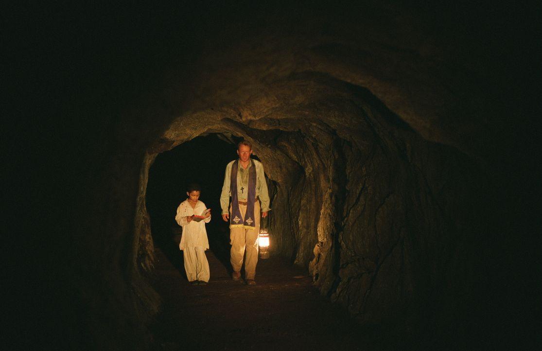 Gemeinsam sind sie stark: Father Merrin (Stellan Skarsgård, r.) und sein kleiner Schützling Joseph (Remy Sweeney, l.)... - Bildquelle: Warner Brothers