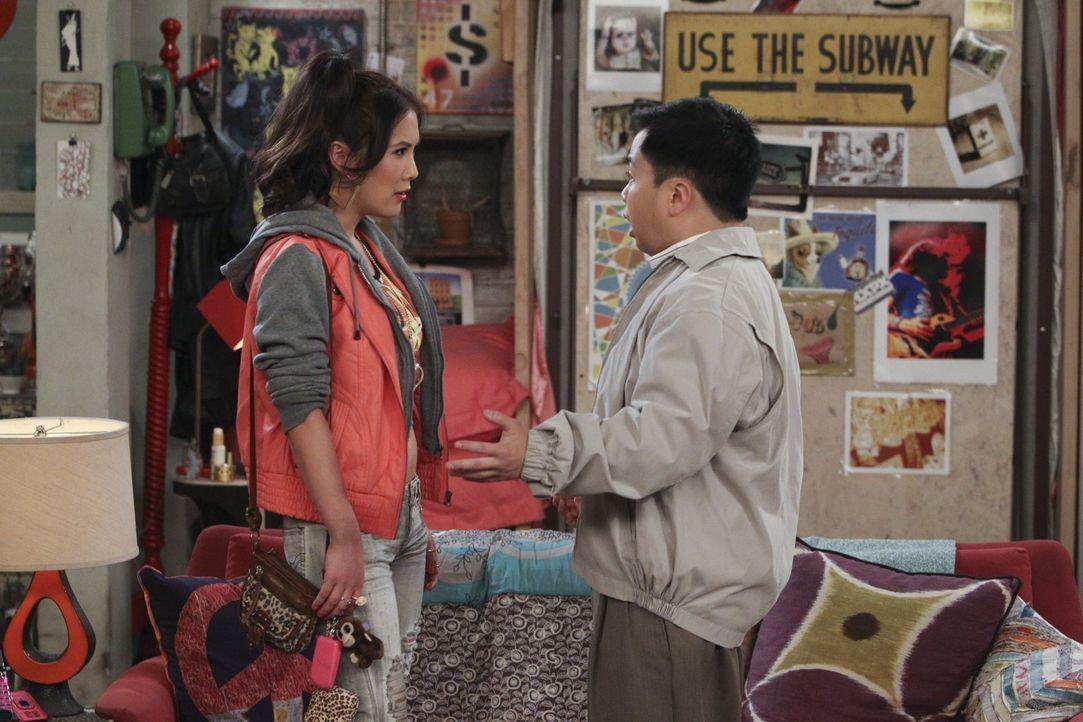 Die Prostituierte June (Ally Maki, l.) soll vortäuschen, Lees (Matthew Moy, r.) Freundin zu sein. Doch wird sie das wirklich tun? - Bildquelle: Warner Bros. Television