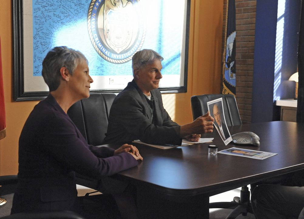 Ein neuer Fall beschäftigt Gibbs (Mark Harmon, r.) und Samantha Ryan (Jamie Lee Curtis, l.) ... - Bildquelle: CBS Television