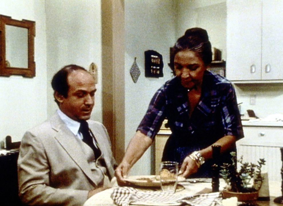 Dr. Martin (David Spielberg, l.) verheimlicht seiner Mutter Anna (Miriam Colon, r.) schon seit langem, dass er eine eigene Familie hat. - Bildquelle: Worldvision Enterprises, Inc.