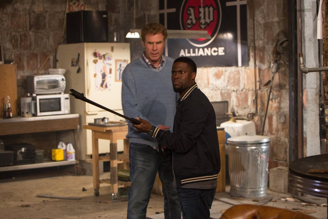 Not macht erfinderisch: Darnell (Kevin Hart, r.) und James (Will Ferrell, l.) machen aus dem Hochdruckreiniger einen Flammenwerfer ... - Bildquelle: 2015 Warner Bros. Entertainment Inc. and Ratpac-Dune Entertainment LLC. All rights reserved.