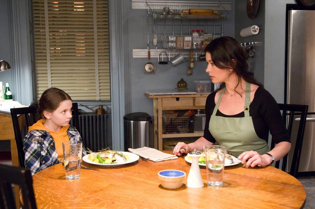Kate (Catherine Zeta-Jones, r.) ist überrascht: Ihre Nichte Zoe (Abigail Breslin, l.) weigert sich, das edle Menü der Starköchin zu probieren. Da... - Bildquelle: Warner Bros.