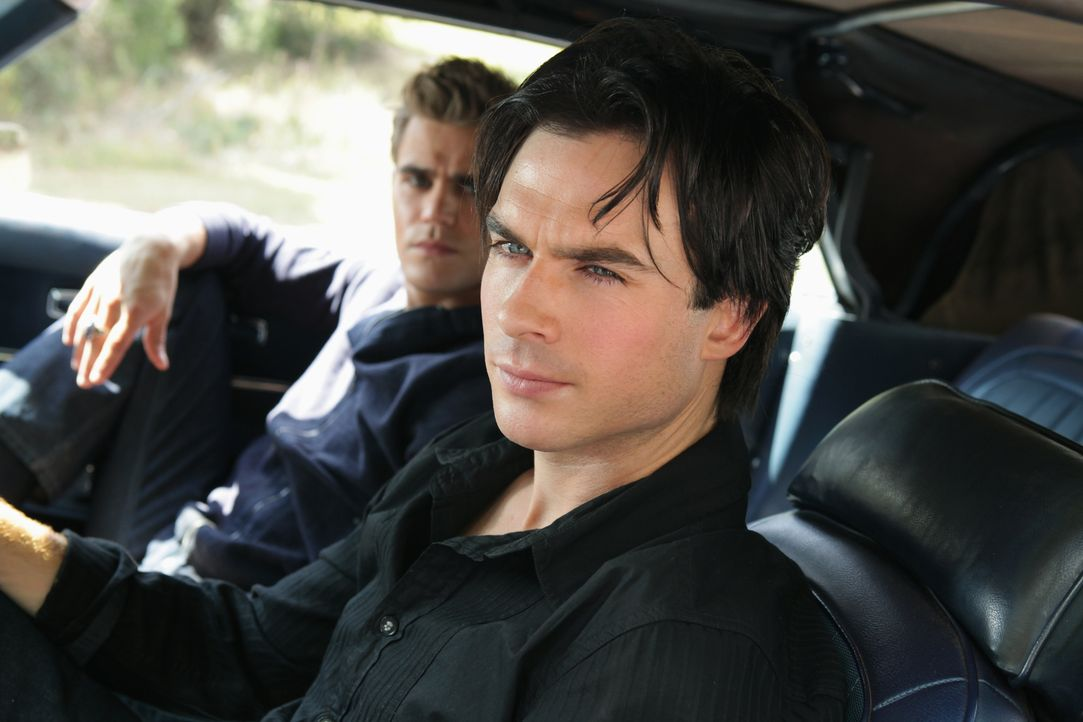 Auf dem Weg zu Elenas Entführern rätselt Stefan (Paul Wesley, l.), ob Damon (Ian Somerhalder, r.) mitgekommen ist um ihm zu helfen oder weil er selb... - Bildquelle: Warner Brothers