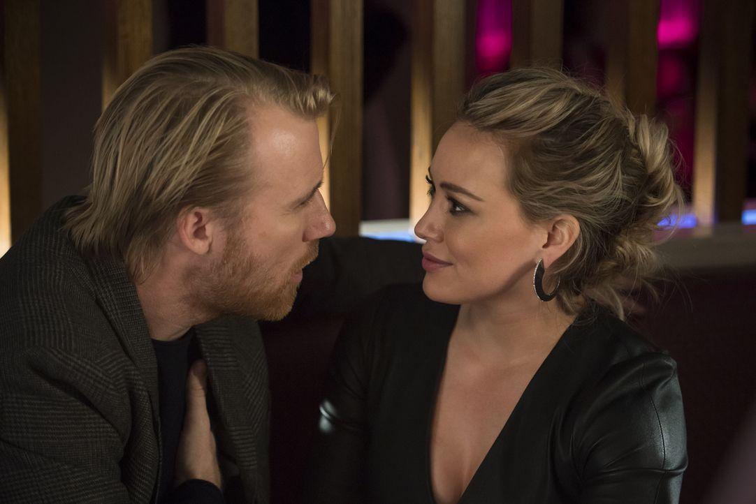 Während es zwischen Anton (Thorbjørn Harr, l.) und Kelsey (Hilary Duff, r.) knistert, wird es für Liza immer schwerer, die Autorin Annabelle Bancrof... - Bildquelle: Hudson Street Productions Inc 2015