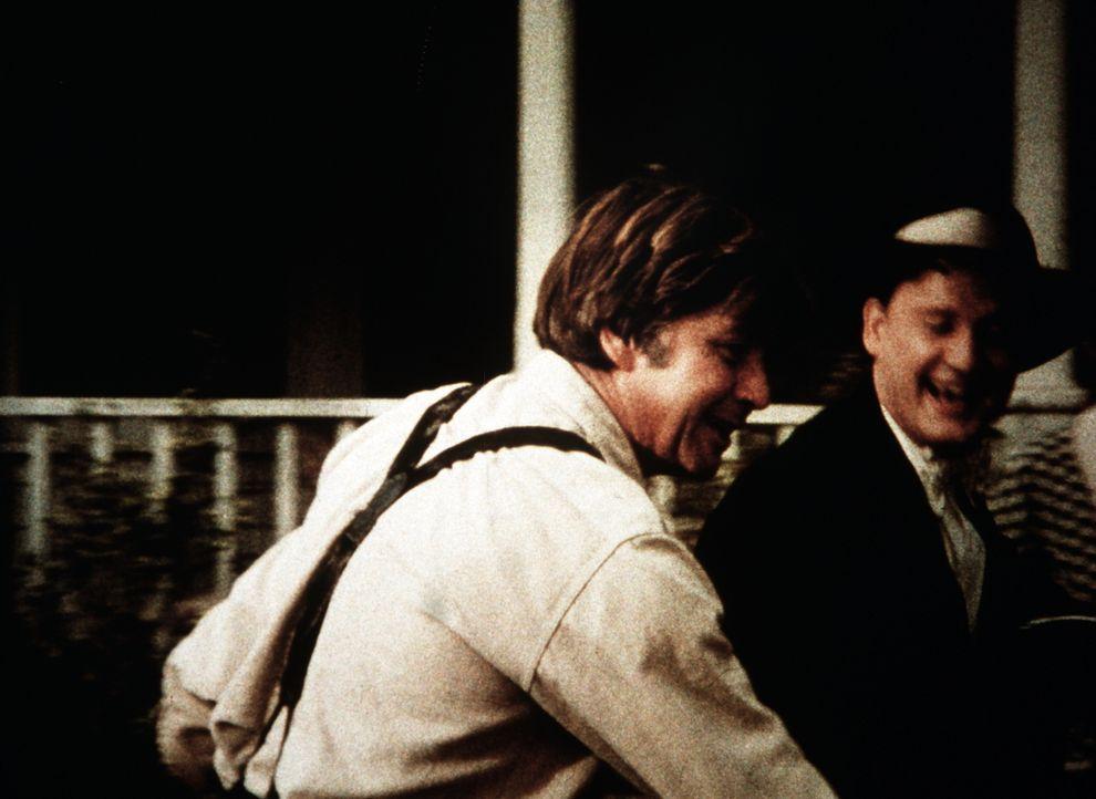 Anfangs freut sich John (Ralph Waite, l.) sehr über den Besuch von Tip Harrison (James Antonio, r.), einem alten Kriegskameraden ... - Bildquelle: WARNER BROS. INTERNATIONAL TELEVISION