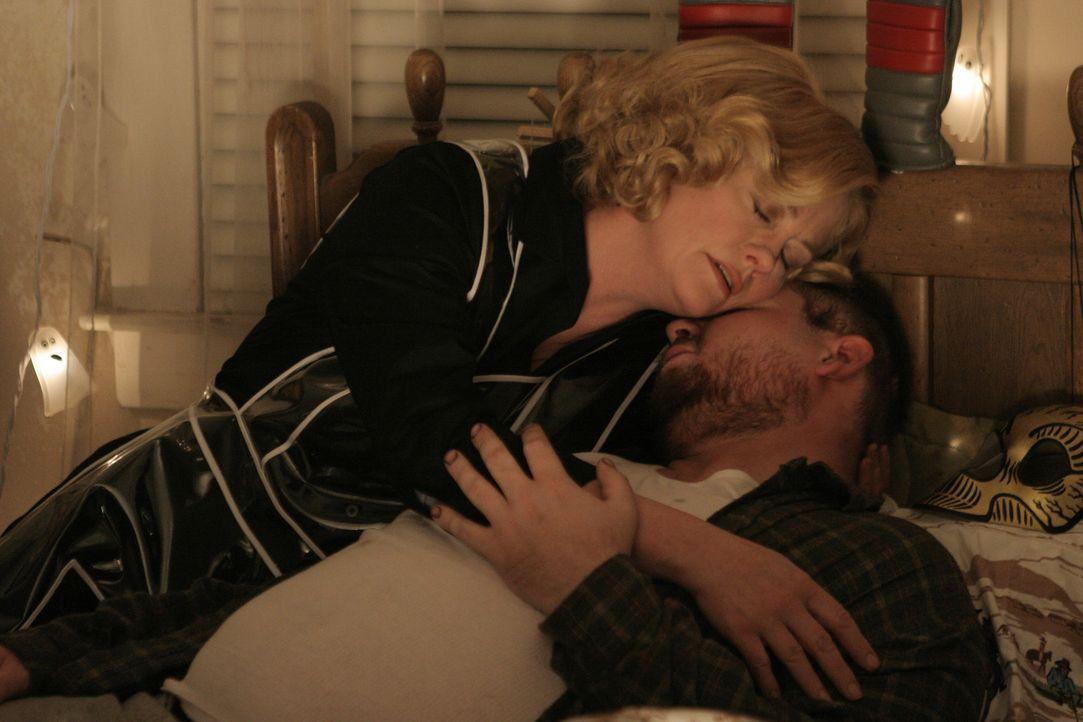 Zuhause spielt Cass (Cybill Shepherd, l.) die treusorgende Ehefrau, die sich liebevoll um ihren Mann kümmert. In Wahrheit lebt sie ein Leben voller... - Bildquelle: Sony Pictures Television International. All Rights Reserved.
