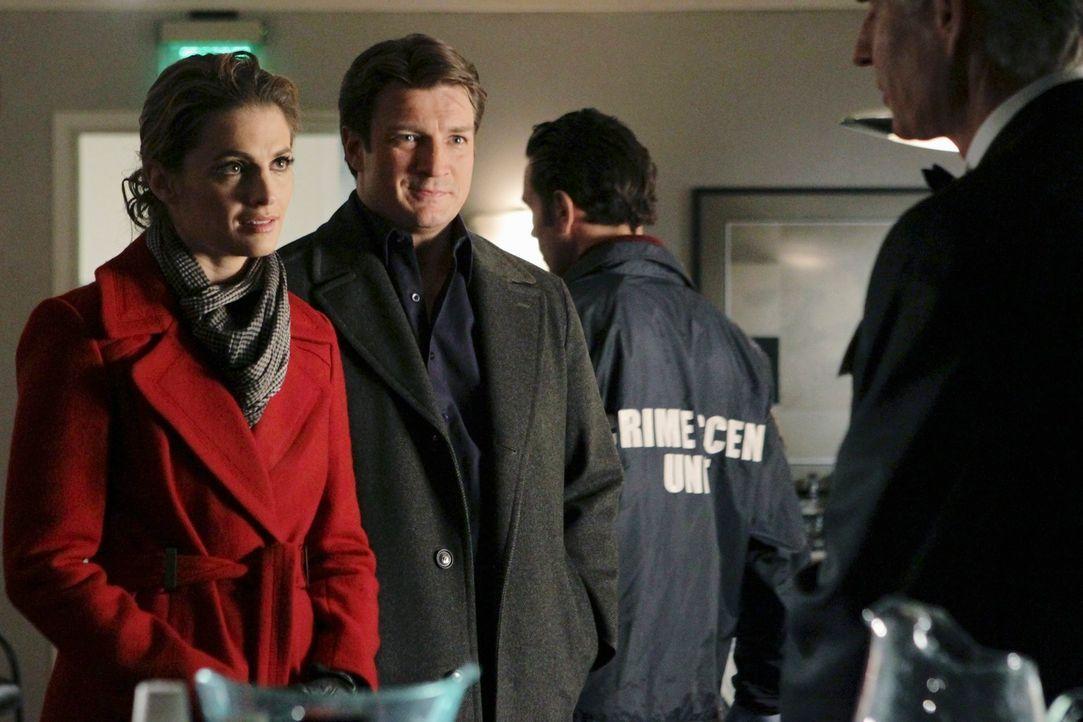 Kate Beckett (Stana Katic, l.) und Richard Castle (Nathan Fillion, 2.v.l.) müssen Adam Green (Jim Abele, r.), dem Veranstalter einer großen Hundesch... - Bildquelle: ABC Studios