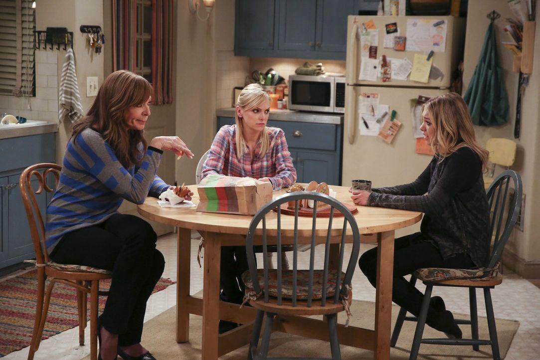 Bonnie (Allison Janney, l.) und Christy (Anna Faris, M.) sind entsetzt, als sie erfahren, dass sich Violet (Sadie Calvano, r.) und Gregory kurz vor... - Bildquelle: 2015 Warner Bros. Entertainment, Inc.