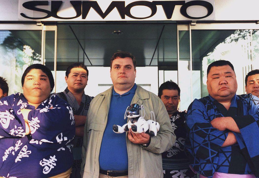 Für Stunden blockiert Uli (Christoph Hagen Dittmann, M.) mit seinem Freund, dem Sumo-Ringer Wajima (Noboru Asada, l.) und dessen Freunden den Sumot... - Bildquelle: Marco Nagel Sat.1