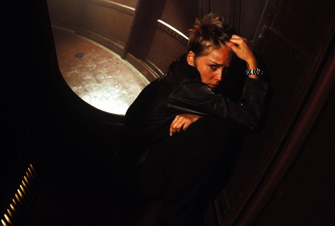 Für Biochemikerin Dr. Beth Halperin (Sharon Stone) wird die Forschungs-Mission in die Tiefsee zum Alptraum. - Bildquelle: Warner Bros. Pictures