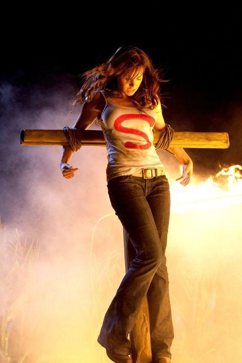 Wird Clark die Bombe auf dem Dach des Daily Planet ignorieren, um Lois (Erica Durance) zu retten? - Bildquelle: Warner Bros.