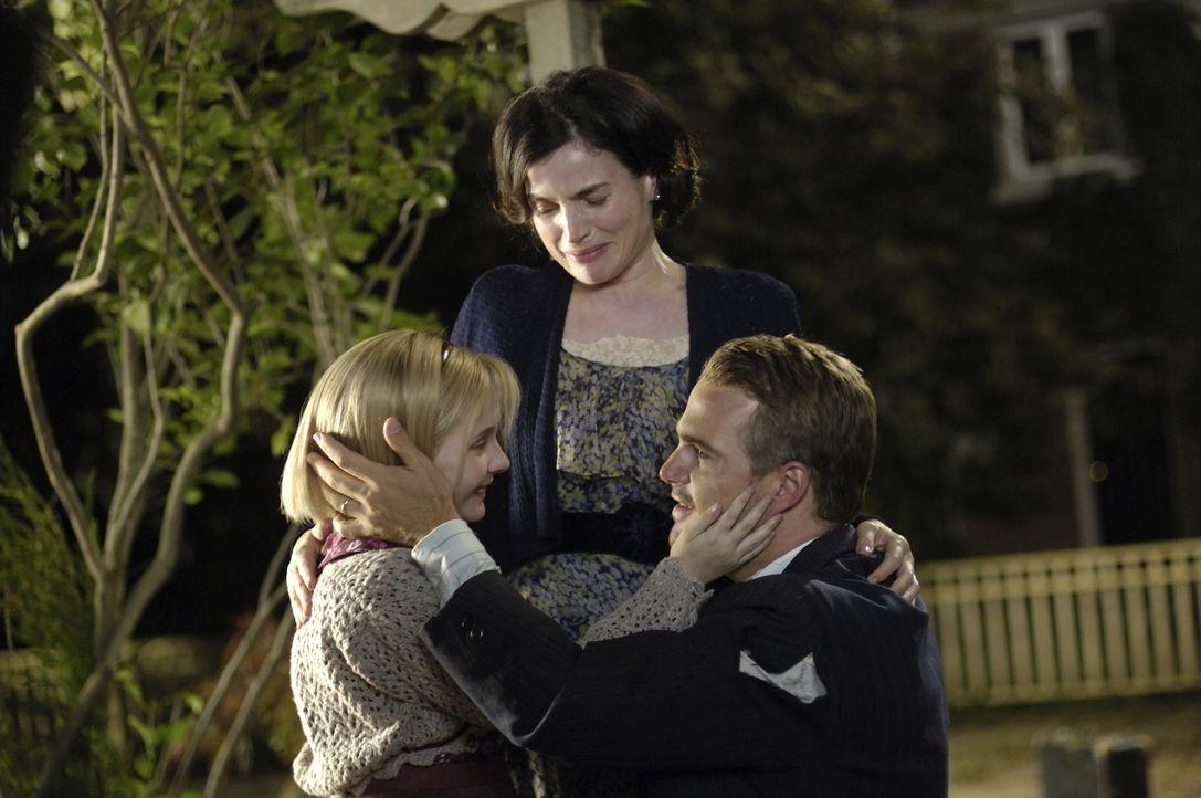 Ende gut, alles gut: (v.l.n.r.) Kitt (Abigail Breslin), ihre Mutter (Julia Ormond) und ihr Vater Jack (Chris O'Donnell) ... - Bildquelle: Warner Brothers