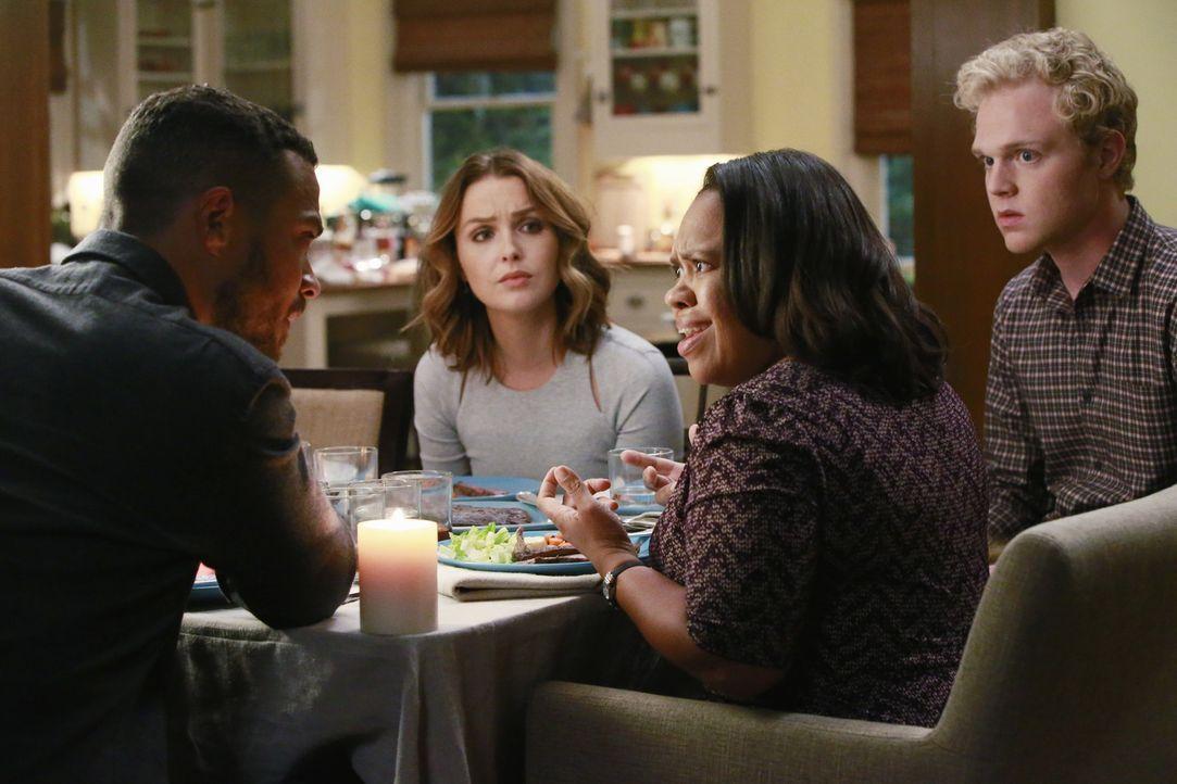 Für Jackson (Jesse Williams, l.), Jo (Camilla Luddington, 2.v.l.), Isaac (Joe Adler, r.) und Bailey (Chandra Wilson, 2.v.r.) ist es ein Schock, als... - Bildquelle: Mitchell Haaseth ABC Studios