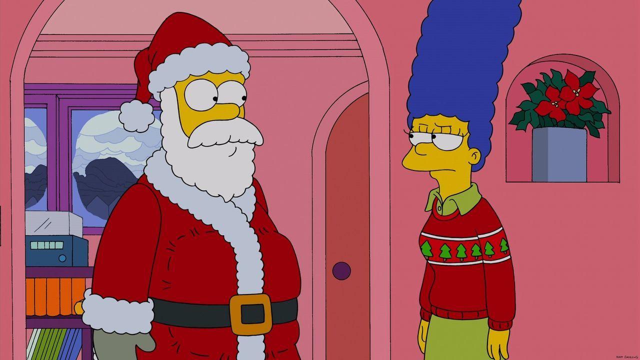 Marge Simpson (r.) ist nicht erfreut, als der Weihnachtsmann (l.) plötzlich leibhaftig vor ihr steht: Er kommt zum ungelegenen Zeitpunkt ... - Bildquelle: 2013 Twentieth Century Fox Film Corporation. All rights reserved.
