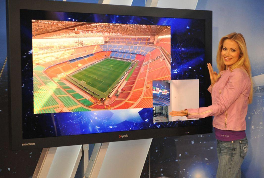 Andrea Kaiser moderiert die Übertragung der UEFA Europa League aus dem neuen mobilen ran-Studio ... - Bildquelle: SAT.1