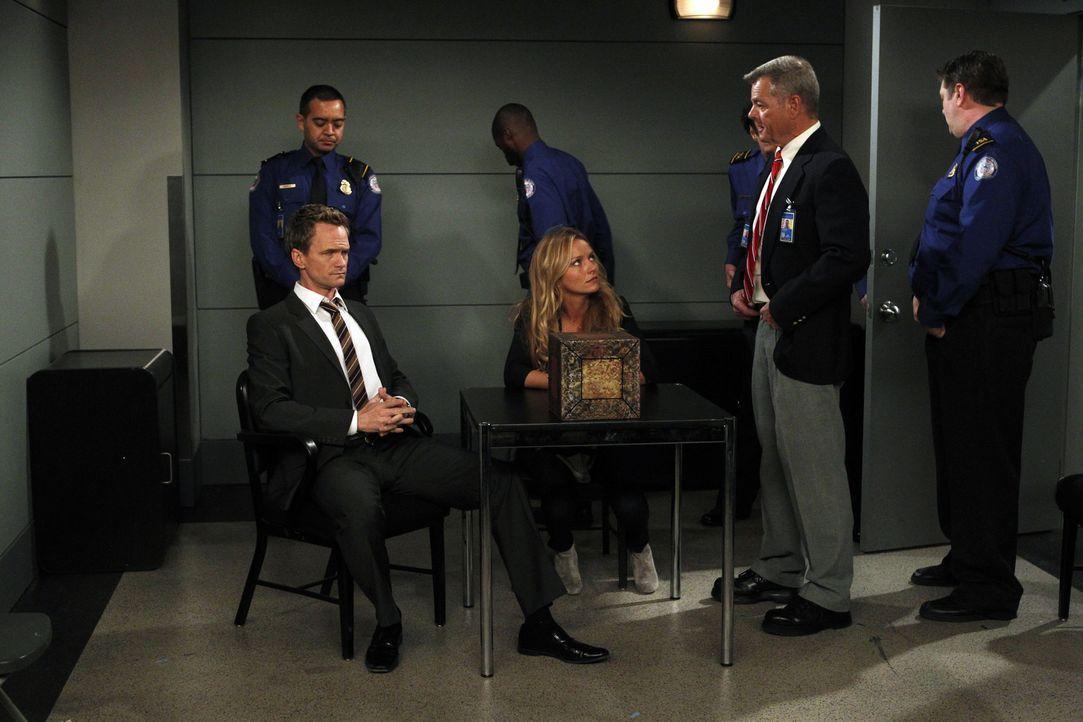 Barney (Neil Patrick Harris, vorne l.) und Quinn (Becki Newton, vorne M.) starten in ihren ersten gemeinsamen Urlaub. Aber bei der Sicherheitskontro... - Bildquelle: 20th Century Fox International Television