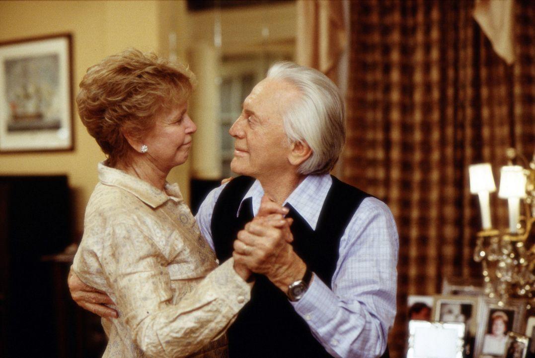 Immer wieder muss Evelyn (Diane Douglas, l.) zwischen ihrem Gatten (Kirk Douglas, r.) und ihrem Sohn vermitteln ... - Bildquelle: Andrew Schwartz Buena Vista International