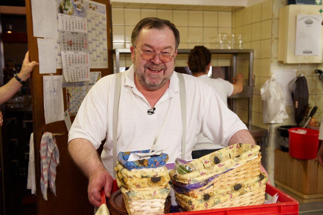 """Reiner Pfündl betreibt seit nunmehr 20 Jahren den gutbürgerlichen Landgasthof """"Schmiedwirt"""". Ein typisch bayerischer Gasthof mit typisch bayerischen... - Bildquelle: Walter Wehner kabel eins"""