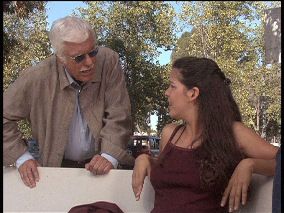 Mark (Dick Van Dyke, l.) fühlt Carla (Nicole Tratini, r.) auf den Zahn. Ihr Bekannter Ray wird verdächtigt, den Ehemann seiner Geliebten erschosse... - Bildquelle: Viacom