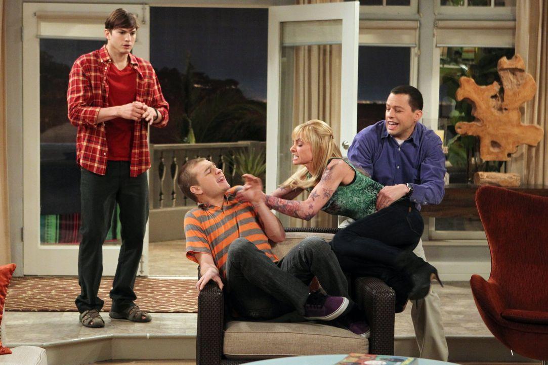 Als Jake (Angus T. Jones, 2.v.l.) seine Freundin (Jaime Pressly, 2.v.r.) mit deren Tochter betrügt, geraten Walden (Ashton Kutcher, l.) und Alan (Jo... - Bildquelle: Warner Brothers Entertainment Inc.