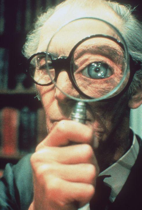 Der oppositionelle Buchhändler (Peter Cushing) hat stets den vollen Durchblick ... - Bildquelle: Paramount Pictures
